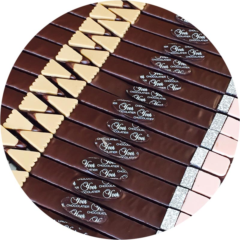 Crayon praliné enrobé de chocolat noir