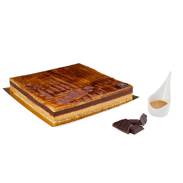 La Marquise - Biscuit amandes caramélisées, bavaroise caramel, mousse chocolat, servie avec une crème anglaise caramel.